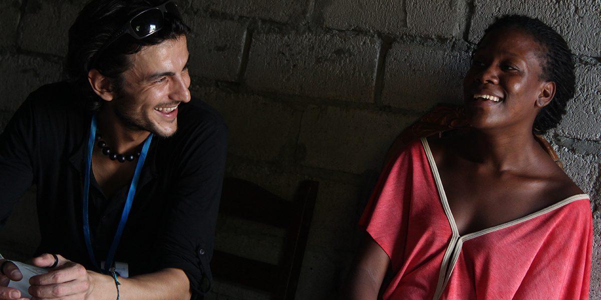 JRS worker talking to a woman in Esmeraldas.
