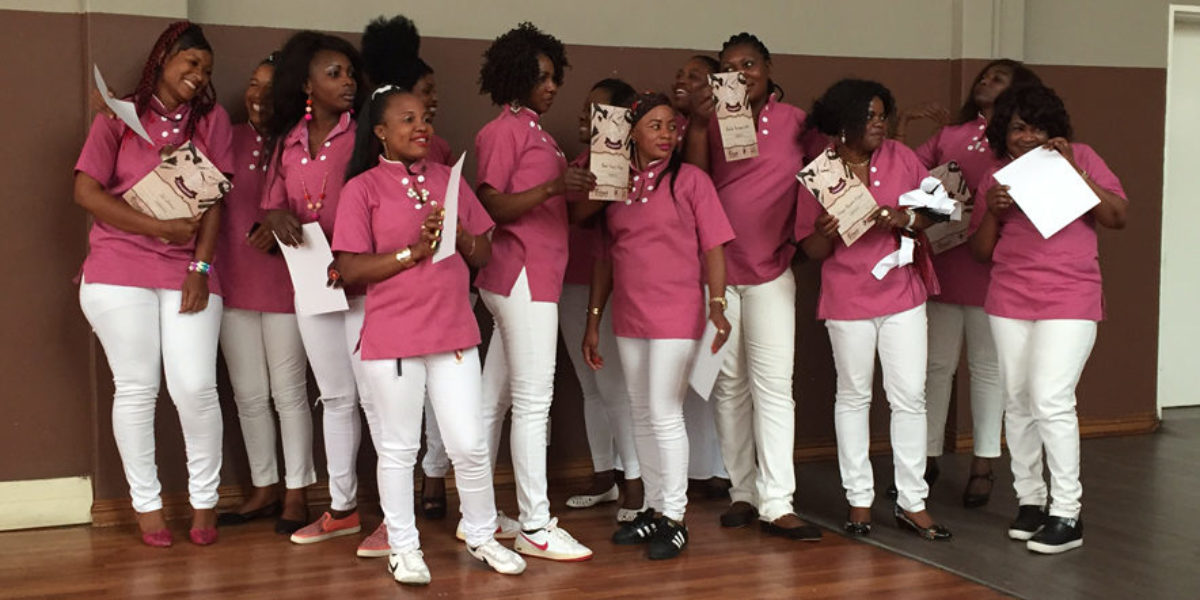 Un grupo de graduadas del curso de cosmética del JRS Sudáfrica lo celebran en el Centro Arrupe. (Servicio Jesuita a Refugiados)